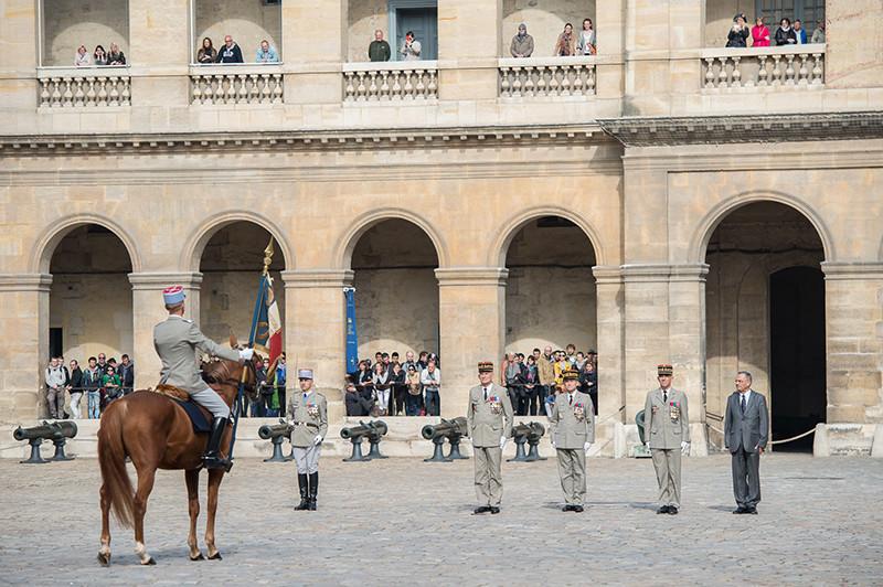 Les généraux Sainte-Claire Deville, de Villiers, Dumont Saint Priest et d'Anselme devant l'étendard de l'Ecole de Cavalerie